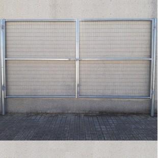 Puerta vehículos, de 4m de ancha X 2m de alta, para cierres con malla de simple torsión. Con panel rígido electrosoldado.
