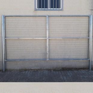 Puerta vehículos, de 2m de ancha X 2m de alta, para cierres con malla de simple torsión. Con panel rígido electrosoldado.