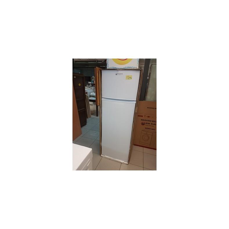 Frigorífico combi nuevo con congelador alto en color blanco.