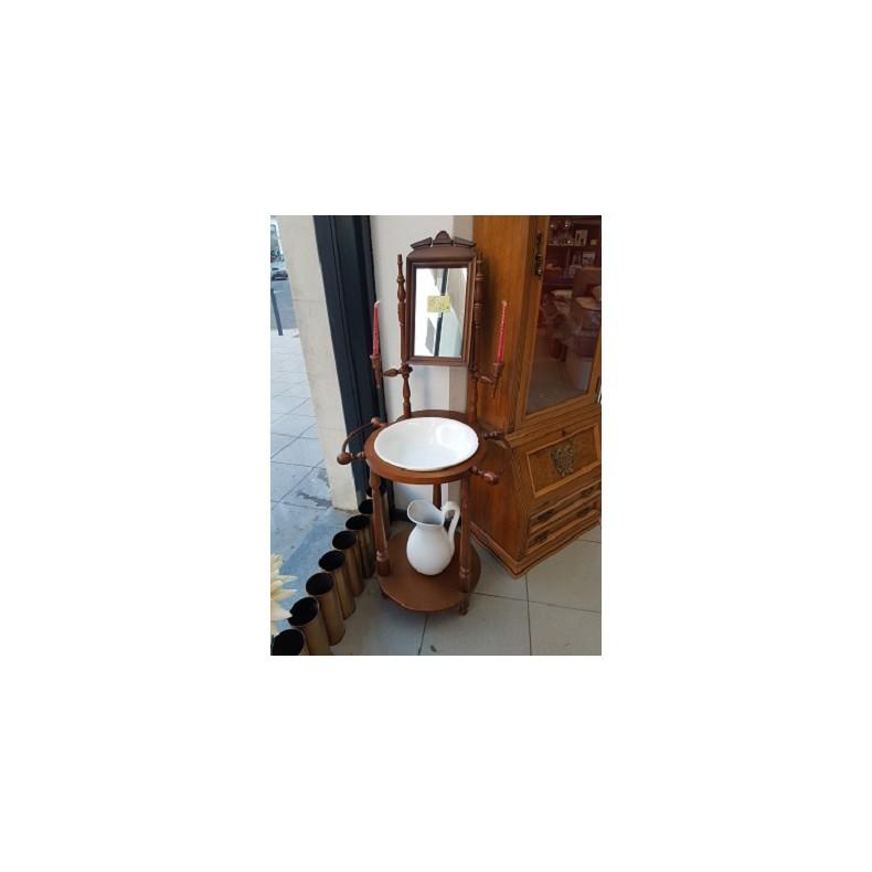 Palanganero lavamanos con jarra de estilo clásico.