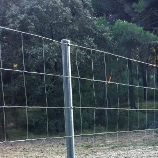 """Postes para """" mallas anudadas o ganaderas"""" de 2m. alto (2,40m longitud total)"""