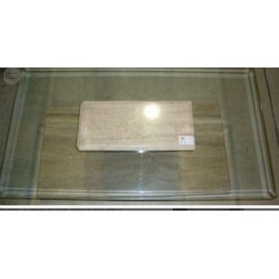 Mesa centro de salón de mármol travertino y cristal.