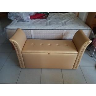 Mueble de dormitorio, banqueta descalzador con cofre, tapizada en polipiel de color vainilla dorado.